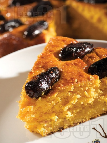 Вкусен кейк (кекс, сладкиш) с варена тиква, яйца, извара, грис, мед и фурми (без мляко) - снимка на рецептата